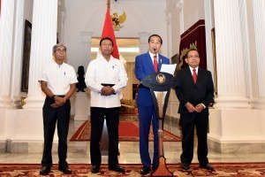 President Jokowi delivers a press statement at the Merdeka Palace, Jakarta, Sunday (3/9). (Photo by: Public Relations Division/Nia)