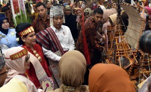 President Jokowi, accompanied by First Lady Ibu Iriana, has a dialogue with the craftsmen after opening the Kriyanusa Exhibition of National Craft Council, in JCC, Jakarta, Wednesday (27/9) morning. (Photo: Rahmat/PR).