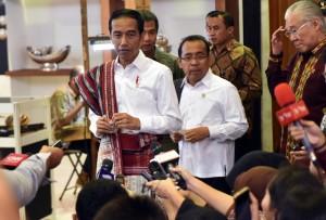 Presiden Jokowi didampingi Mensesneg menjawab wartawan usai membuka Pameran Kriyanusa Dekranas 2017 di Jakarta Convention Center, Rabu (27/9) pagi. (Foto: Rahmat/Humas)