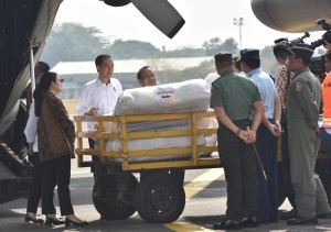 President Jokowi onThursday(13/9) dispatched four Hercules planes from Halim PerdanakusumaAirport in East Jakarta that carried humanitarian aids for Rohingya refugees (Photo by: Public Relations Division/Jay)