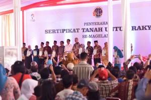 Presiden Jokowi didamping Menteri ATR/Kepala BPN dan Gubernur Jateng berfoto bersama perwakilan rakyat yang menerima sertifikat, di Magelang, Jateng, Senin (18/9) siang. (Foto: NIA/Humas)