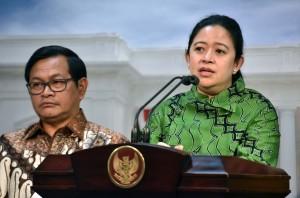 Menko PMK Puan Maharani didampingi Seskab Pramono Anung memberikan keterangan pers, di Kantor Presiden, Jakarta, Kamis (28/9) sore. (Foto: JAY/Humas)