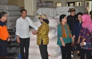 Social Affairs Minister Khofifah Indar Parawansa talks with First Lady Ibu Iriana during President Jokowi's visit to Karangasem Regency, Bali, Tuesday (26/9 (Photo by: JAY/Public Relations Division)
