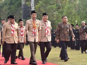 Presiden Jokowi yang mengenakan seragam pramuka disambut Ketua Umum dan Sekjen PBNU, saat tiba di lokasi pembukaan PERWIMANAS II, di lapangan tembak Akademi Militer, Magelang, Jawa Tengah, Senin (18/9) pagi. (Foto: Anggun/Humas)