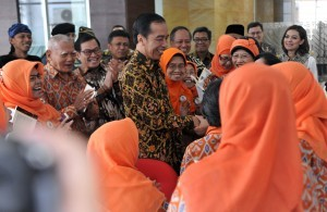 President Jokowi, accompanied by a number of ministers, meets with the people at the building of the National Library in Jakarta, Thursday (14/9) (Photo by: Rahmat/Public Relations Division)