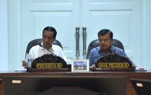 President Jokowi, accompanied by Vice President Jusuf Kalla, leads a Limited Meeting on the Anticipation of increased seismic activity of Mt. Agung and Mt. Sinabung, at the Presidential Office, Jakarta, Thursday (28/9) afternoon. (Photo: JAY/PR)