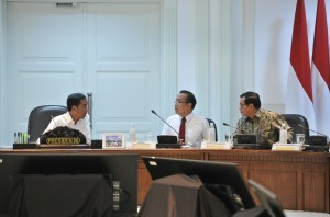 President Jokowi discusses with Minister of State Secretary Pratikno and Cabinet Secretary Pramono Anung on a the sidelines of a limited meeting on Tuesday (12/9), at the Presidential Office, Jakarta