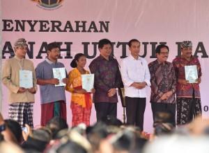 Presiden Jokowi saat menyerahkan sertifikat di Lapangan Pusat Pemerintahan Kabupaten Badung, Bali, Jumat (8/9). (Foto: Humas/Anggun)