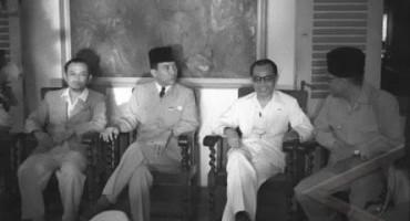 konferensi pers pertama