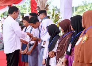 Presiden Jokowi saat menyerahkan KIP dan PKH di Kaltara, Jumat (6/10)