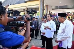 Presiden Jokowi menjawab pertanyaan wartawan usai menyerahkan KIP dan PKH di Lapangan Agatish, Tanjung Selor, Kabupaten Bulungan, Provinsi Kalimantan Utara, usai penyerahan KIP dan PKH, Jumat (6/10).