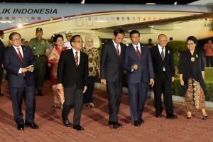 Presiden Joko Widodo dan Ibu Negara Iriana  tiba di Pangkalan TNI AU Halim Perdanakusuma Jakarta pada Sabtu (7/10) dini hari. (Foto: BPMI)
