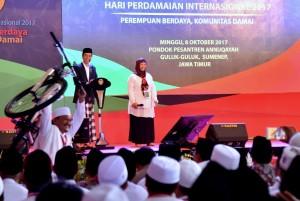 Presiden Jokowi dalam acara peringatan Hari Perdamaian Internasional yang dihelat di Institut Ilmu Keislaman Annuqayah, Kabupaten Sumenep, Provinsi Jawa Timur, Minggu (8/10). (Foto: BPMI)