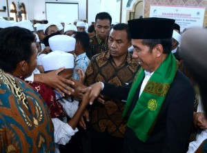 President Jokowi attends Halaqah Kebangsaan (a special gathering) attended by clerics, Islamic schools' caretakers, and Islamic students with achievement from all over Madura at Al AmienPrenduan Islamic School in Sumenep Regency, East Java, Sunday (8/10). (Photo by: Bureau of Press and Media)