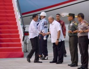 Presiden Jokowi disambut Gubernur Sumatra Selatan Alex Noerdin saat tiba di Bandara Sultan Mahmud Badaruddin II, Kota Palembang, Kamis (12/10). (Foto: BPMI)
