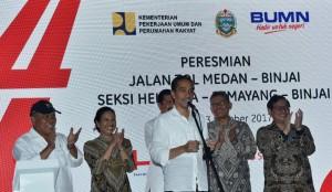Presiden saat meresmikan jalan tol Medan-Kualanamu-Tebing Tinggi (MKTT) seksi II-VI ruas Parbarakan-Sei Rampah, Jumat (13/10). (Foto: BPMI)