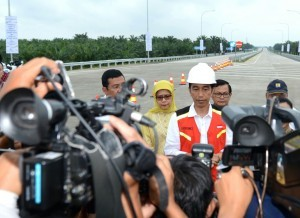 President Jokowi answers journalists' questions after inaugurating the toll gate of Medan – Kualanamu – Tebing Tinggi, on Friday (13/10) (Photo by: Bureau of Press and Media)