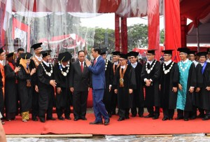 Presiden Jokowi saat memberikan orasi pada Dies Natalis ke-60 Universitas Diponegoro di Stadion Universitas Diponegoro, Kota Semarang, Provinsi Jawa Tengah, Selasa, (17/10)