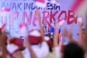 Para siswa-siswi berebut mengacungkan jari untuk bisa berdialog dengan Presiden Jokowi pada acara Penyuluhan Bahaya Narkoba, Pornografi dan Kekerasan, di JI-Expo, Kemayoran, Jakarta, Rabu (11/10) pagi. (Foto: JAY/Humas)