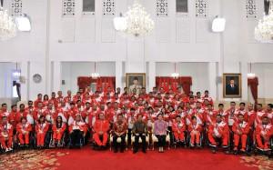 Presiden Jokowi menerima para atlet ASEAN Para Games 2017, di Kuala Lumpur, Malaysia, pada 17-23 September 2017, di Istana Negara, Jakarta, Senin (2/10). (foto: Humas/Jay)