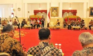 Presiden Jokowi dengan menggunakan baju batik memimpin sidang kabinet paripurna, yang seluruh pesertanya juga menggunakan batik. (Foto: Rahmat/Humas)
