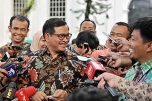 Seskab Pramono Anung yang mengenakan baju batik dikerubuti wartawan usai sidang kabinet paripurna, di Istana Negara, Jakarta, Senin (2/9) lalu. (Foto: JAY/Humas)