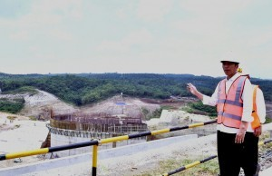 President Jokowi reviews the development progress of Karian Reservoir, in Rangkasbitung Subdistrict, Lebak Regency, Banten, Wednesday (4/10) afternoon.