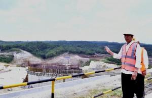 Presiden Jokowi meninjau progress pembangunan Bendungan Karian, di Kecamatan Rangkasbitung, Kabupaten Lebak, Banten, Rabu (4/10) siang. (Foto: JAY/Humas)