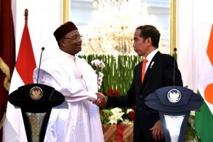 Presiden Jokowi berbindang dengan Presiden Nigeria Issoufou Mahamadou, usai jumpa pers bersama di Istana Merdeka, Jakarta, Senin (16/10) siang. (Foto: OJI/Humas)