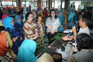 Penasehat I DWP Setkab Hani Pramono Anung dan Waseskab Ratih Nurdiati saat melakukan kunjungan ke Perumahan Setneg di Tangerang, Kamis (5/10). (Foto: Humas/Anggun)