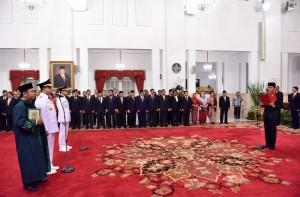 Presiden Jokowi melantik Anies Baswedan-Sandiaga Uno sebagai Gubernur DKI Jakarta periode 2017-2022, di Istana Negara, Jakarta, Senin (16/6). (foto: Humas/Jay)