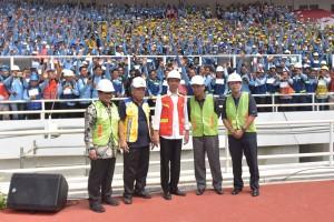 Presiden Jokowi saat meresmikan Pembukaan Percepatan Sertifikasi Tenaga Kerja Konstruksi Secara Serempak di Seluruh Wilayah Indonesia Tahun 2017, di Stadion Utama Gelora Bung Karno, Jakarta, Kamis (19/10) pagi