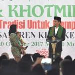 Presiden Jokowi saat menghadiri Haul dan Khotmil Quran di Pondok Pesantren (Ponpes) Kyai Haji Aqiel Siroj (KHAS) Kempek, Cirebon, Jawa Barat, Jumat (20/10) petang.(Foto: Humas/Deni)