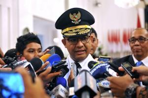 Gubernur DKI Jakarta, Anies Baswedan, menjawab pertanyaan wartawan usai pelantikan dirinya, di Istana Negara, Jakarta, Senin (16/10). (Foto: Humas/OJI)