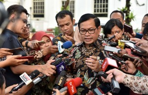 Cabinet Secretary Pramono Anung answers reporters' questions after attending a plenary cabinet meeting at the State Palace in Jakarta on Monday (2/10). (Photo by: Public Relations Division/Jay)