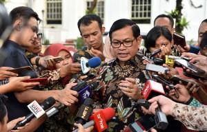 Seskab, Pramono Anung menjawab pertanyaan wartawan usai mengikuti Sidang Kabinet Paripurna, di Istana Negara, Jakarta, Senin (2/10) petang. (Foto: Humas/Jay)