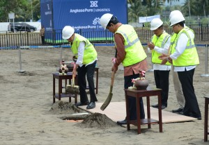 Presiden Jokowi saat melakukan groundbreaking pembangunan Bandara Kulonprogo, DIY, akhir Januari lalu. (Foto: Rahmat/Humas)