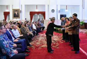 Presiden Jokowi saat menyerahkan Penguasaan Tanah dan Pengelolaan Hutan Indonesia Tahun 2017 di Istana Negara, Rabu (25/10). (Foto: Humas/Jay)