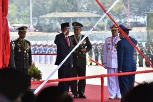 Presiden Jokowi pada perayaan HUT ke-72 TNI, di Dermaga Indah Kiat Cilegon, Provinsi Banten, Kamis (5/10). (foto: Humas/Jay)