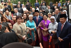 Presiden Jokowi, Ibu Negara Iriana, dan Wapres Jusuf Kalla berfoto bersama undangan yang hadir di Monumen Lubang Buaya, Jakarta Timur, Minggu (1/10). (Foto: Humas/Oji)