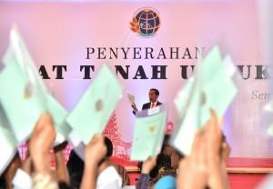 Presiden Jokowi saat memberikan sambutan pada Penyerahan Sertifikat Tanah untuk Rakyat, yang diselenggarakan di Simpang Lima, Semarang, Jawa Tengah, Senin (9/10). (Foto: BPMI)