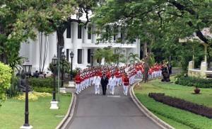 Presiden Jokowi berjalan bersama Gubernur dan Wakil Gubernur DIY melakukan kirab dari Istana Merdeka menuju Istana Negara, Selasa (10/10). (Foto: Humas/Rahmat)