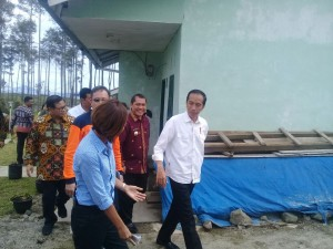 President Jokowi visits Sinabung evacuees at Siosar Relocation Area, Karo Regency, North Sumatra, Saturday (14/10). (Photo by: Bureau of Translation and State Documents)