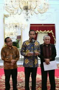 President Jokowi in a press conference with Din Syamsuddin and Minister of State Secretary at the Merdeka Palace, Jakarta, Monday (23/10). (Photo by: Bureau of Press and Media)