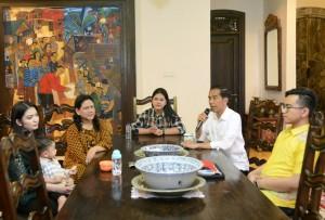 Presiden Jokowi saat memberikan keterangan pers kepada wartawan di kediaman pribadinya di Solo, Jawa Tengah, Minggu (29/10). (Foto: BPMI)