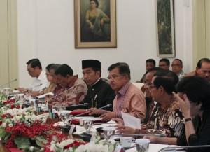 Presiden Jokowi saat memimpin ratas membahas mengenai dana desa di Istana Kepresidenan Bogor, Jawa Barat, Rabu (18/10). (Foto: Humas/Anggun)