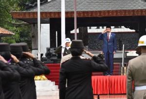 Presiden Jokowi saat pimpin upacara Peringatan Hari Kesaktian Pancasila Tahun 2017 di Monumen Pancasila Sakti, Lubang Buaya, Jakarta Timur, Minggu (1/10). (Foto: Humas/Oji)