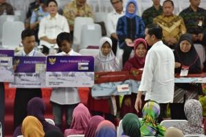 Presiden Jokowi saat membagikan KIP dan PKH di Gelanggang Olahraga (GOR) ASA Sport Center, Kota Cilegon, Provinsi Banten, Kamis (5/10). (Foto: Humas/Jay).