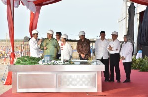 President Jokowi reviews the mock-up and inauguration of the Banten coal-fired power plant (PLTU) IPP 660 MW in Banten Province on Thursday (5/10). (Photo: PR/Jay)