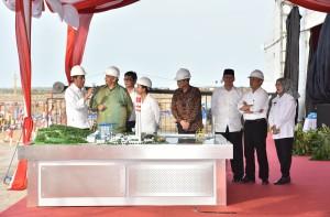 Presiden Jokowi saat meninjau maker pembangkit dengan total kapasitas 4.000 megawatt dan peresmian PLTU IPP Banten 660 megawatt di Provinsi Banten, Kamis (5/10). (Foto: Humas/Jay)